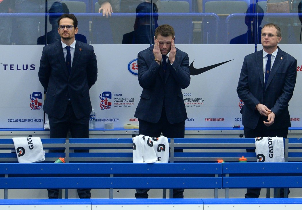 Zklamaní trenéři české hokejové dvacítky během neúspěšného čtvrtfinále MS se Švédskem