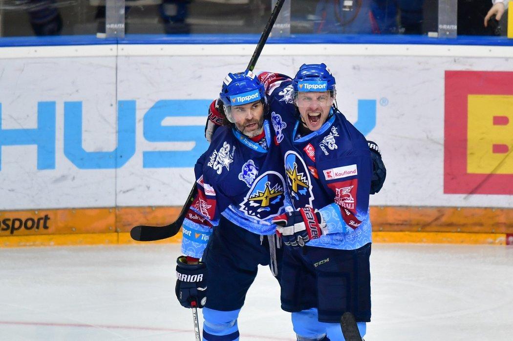 Jaromír Jágr s parťákem Petrem Vampolou slaví vstřelenou branku