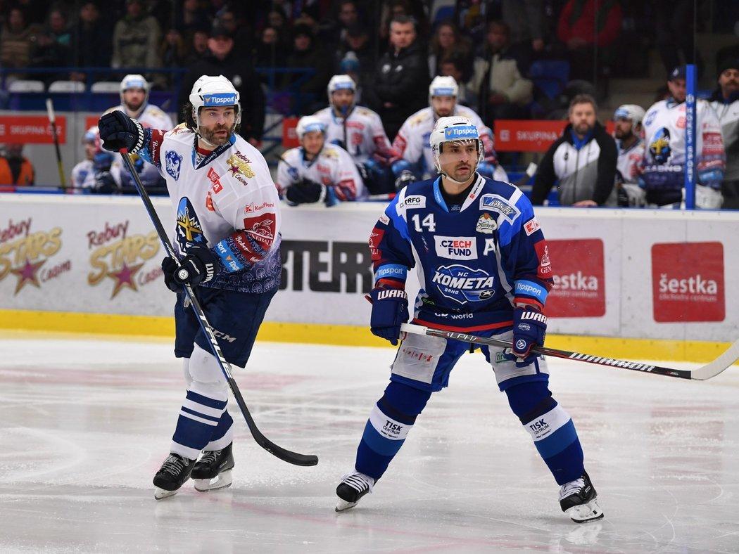 Jaromír Jágr na ledě proti Tomášovi Plekancovi
