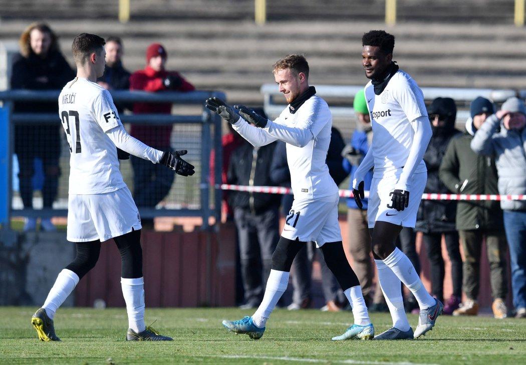 Fotbalisté Sparty oslavují trefu Benjamina Tetteha (vpravo) proti Jihlavě.