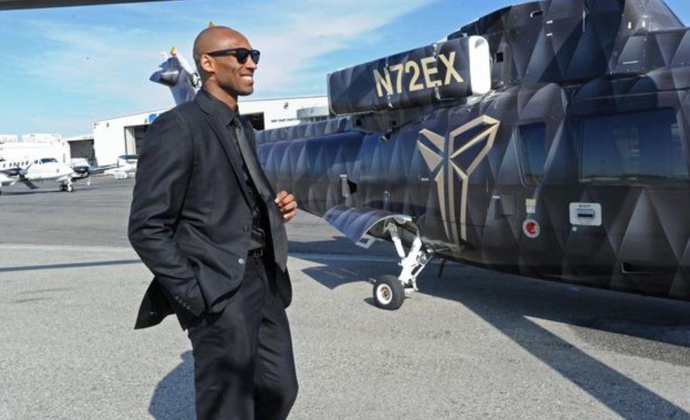 Hvězda NBA Kobe Bryant u svého soukromého vrtulníku