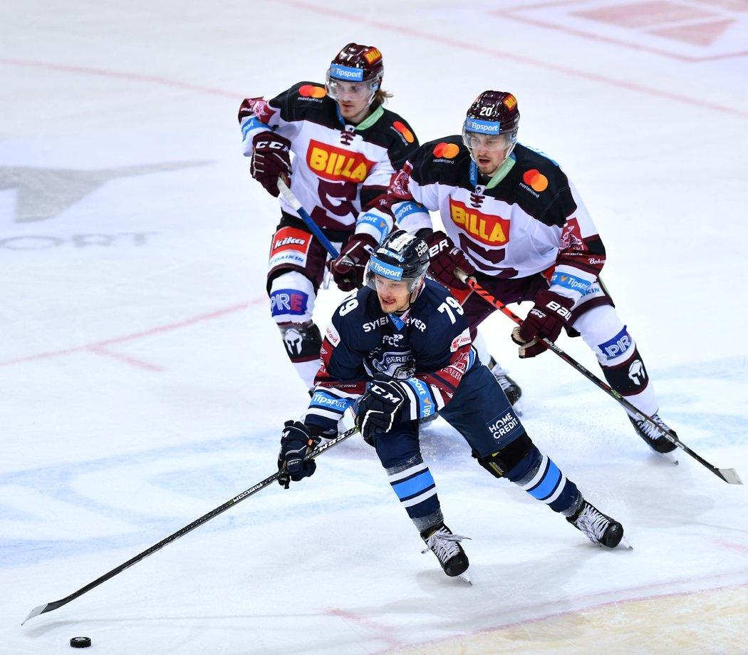 Libor Hudáček si kryje kotouč před dvojicí Daniel Poizl (vlevo) - Tomáš Dvořák (vpravo)