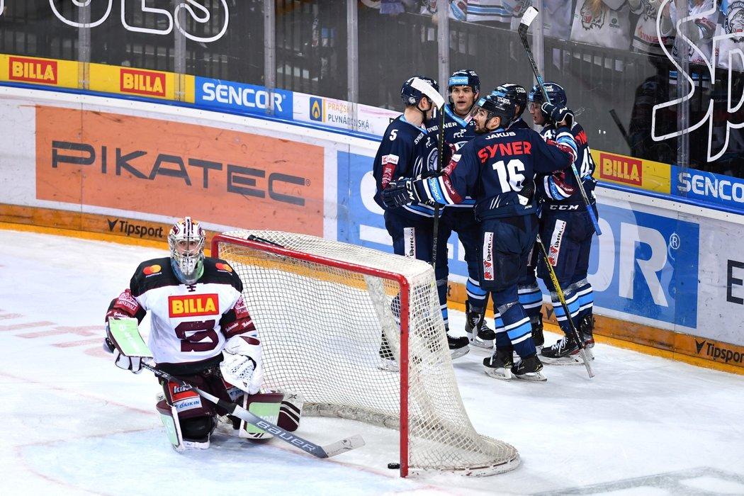Bílí Tygři se radují z šestého gólu do sítě Matěje Machovského