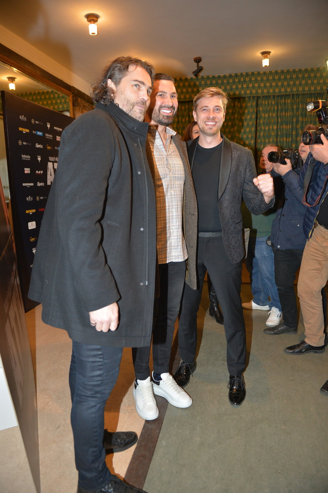 Zápasník MMA Attila Végh s Jaromírem Jágrem a promotérem Petrem Větrovským na premiéře filmu Attila v Lucerně