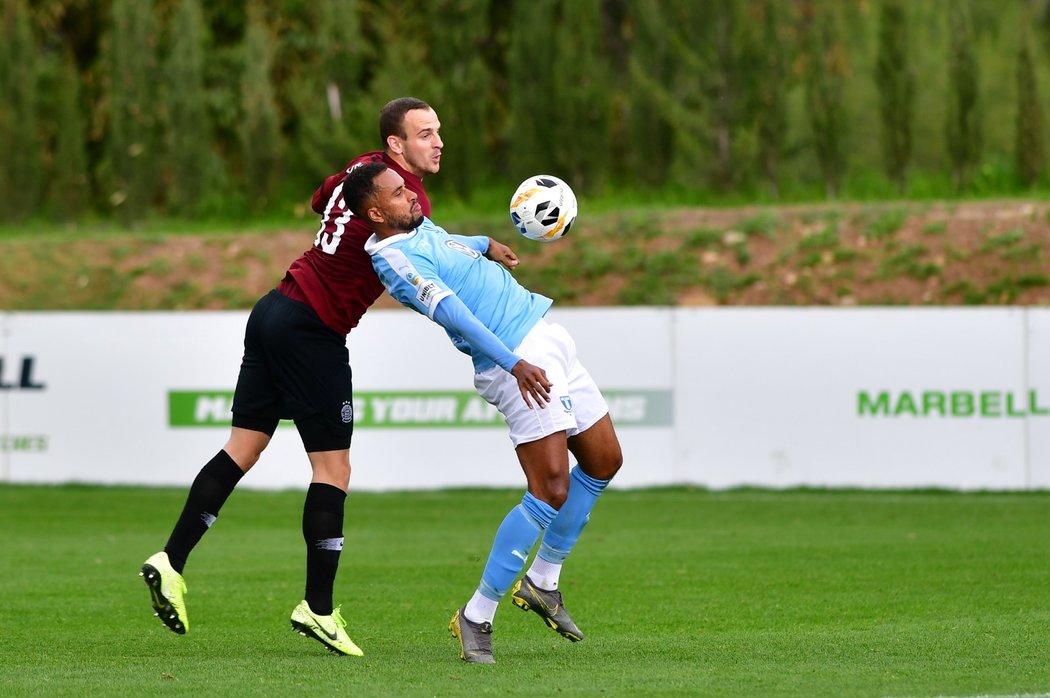 Isaac Kiese Thelin z Malmö si zpracovává hrudí míč v souboji s obráncem Sparty Davidem Lischkou