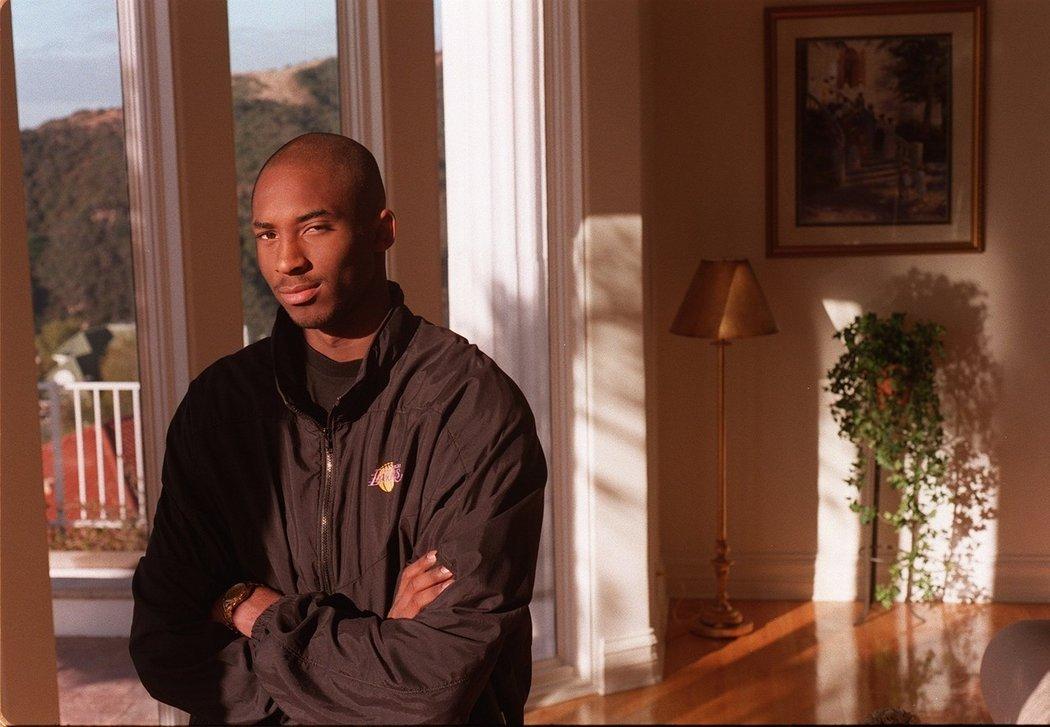 Kobe Bryant jako nováček Lakers krátce poté, co završil Lower Merion High School