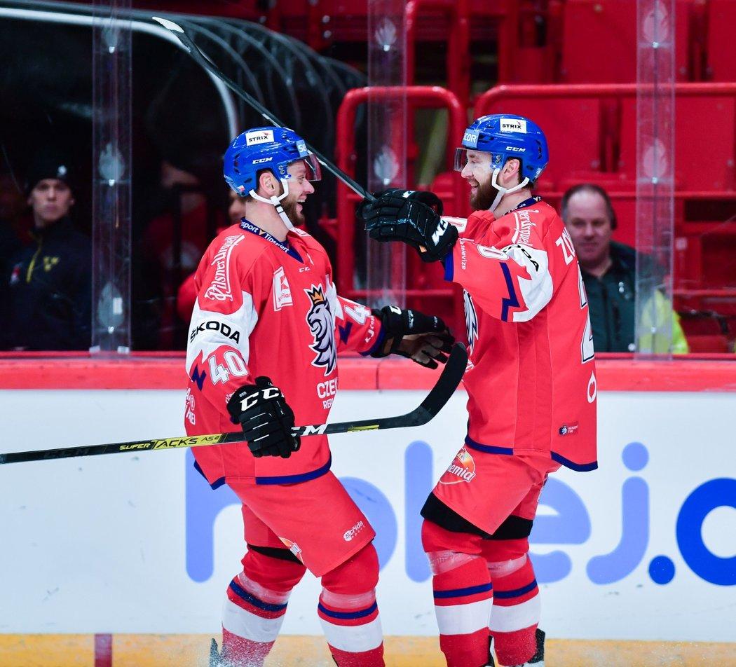 Tomáš Zohorna (vlevo) v závěru utkání přenechal trefu do prázdné branky mladšímu bratrovi Hynkovi