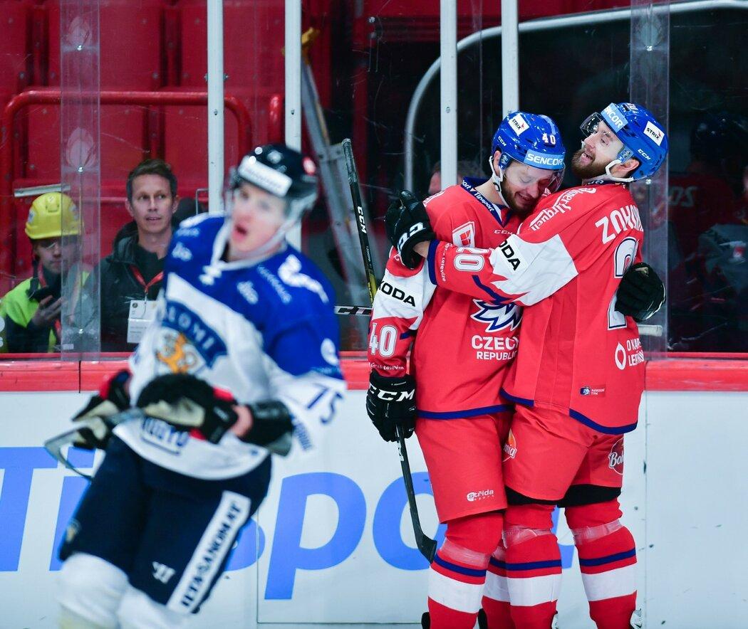 Tomáš a Hynek Zohornovi se radují z trefy do prázdné branky na 3:1 proti Finsku