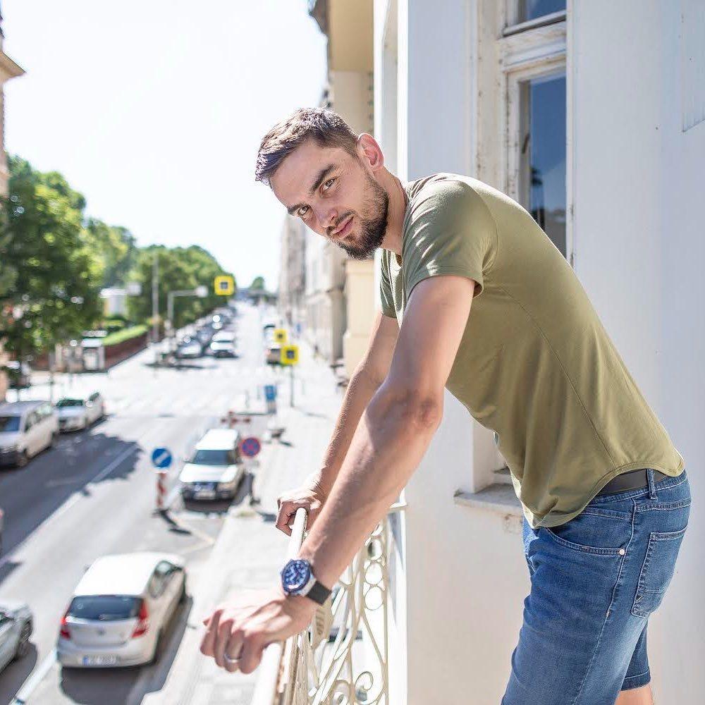 Tomáš Satoranský a pózování na balkoně
