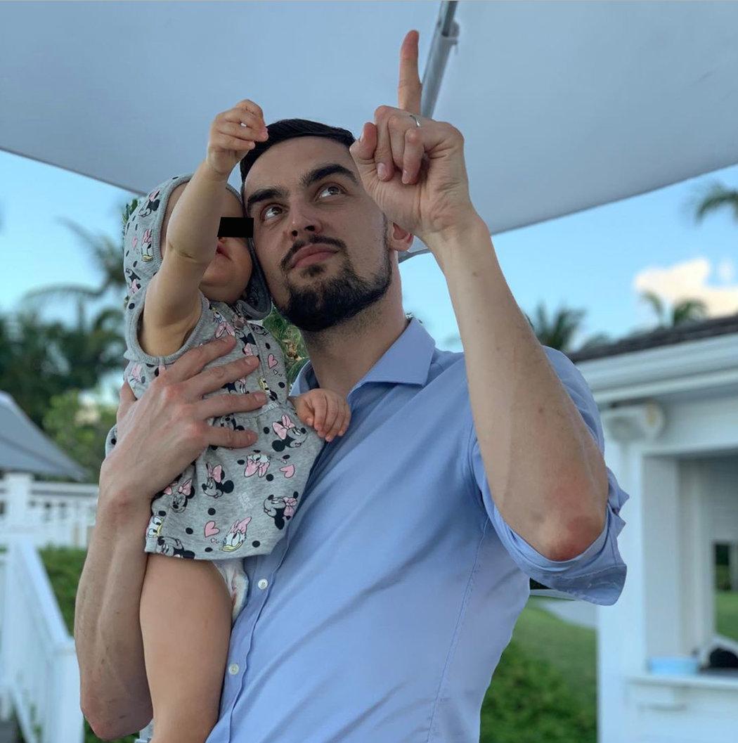Tomáš Satoranský s dcerkou si užívají na Bahamách