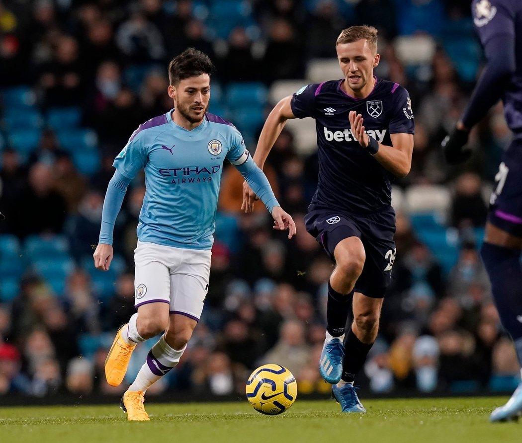 Tomáš Souček v duelu s Manchesterem City stíhá Davida Silvu