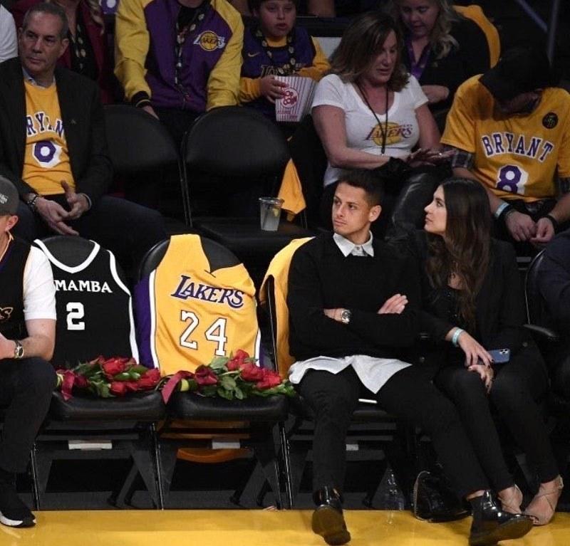 Javier Hernández a Sarah Kohenová na prvním zápase Lakers po smrti Kobeho Bryanta