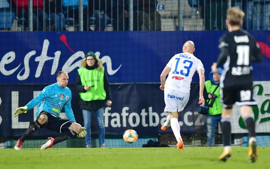 Tomáš Smola překonává Jaroslava Drobného a pečetí výhru Baníku v Českých Budějovicích 2:0
