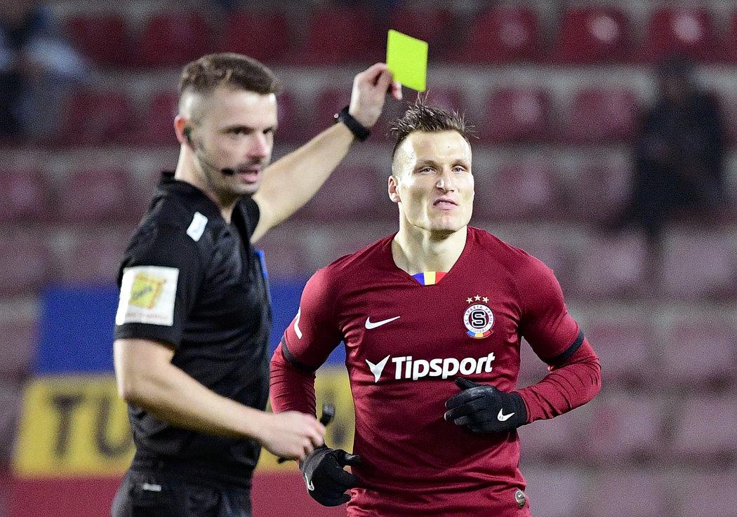 Lukáš Štětina dostává žlutou kartu v utkání se Zlínem