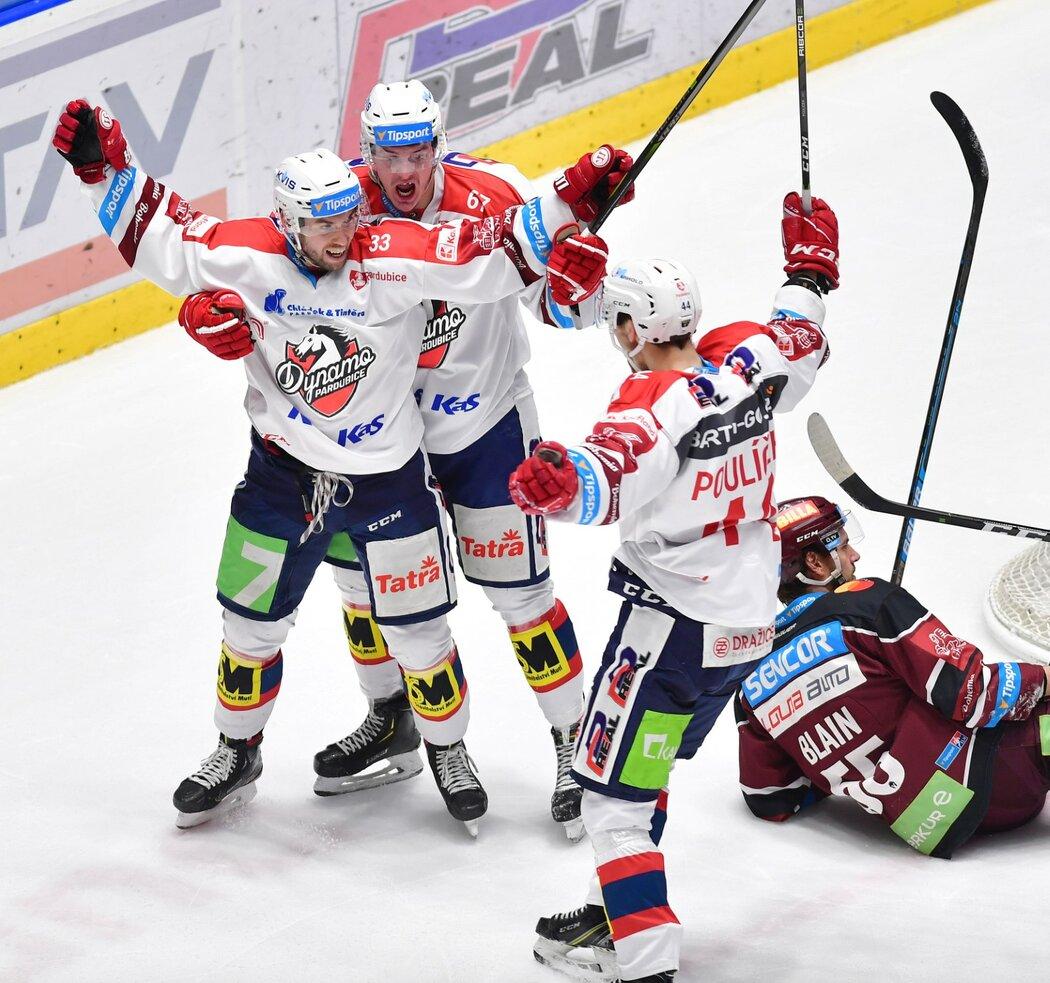 Pardubičtí hokejisté oslavují gól proti Spartě