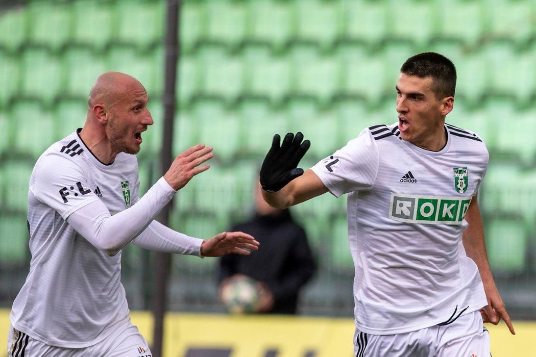 Fotbalisté Karviné oslavují gól proti Příbrami