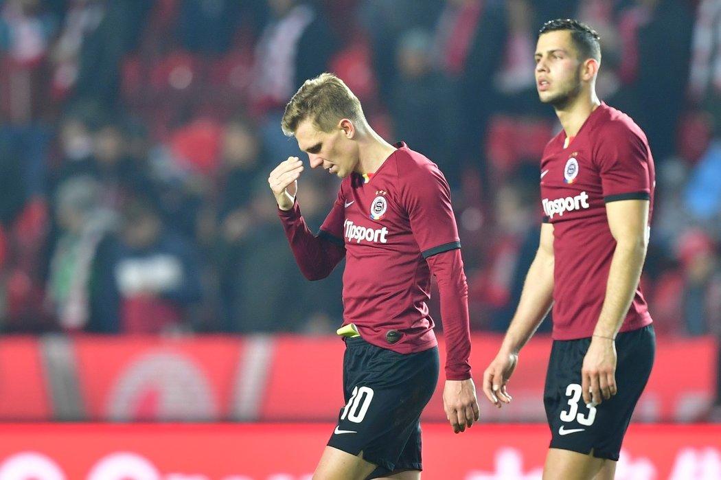 Bořek Dočkal a Dávid Hancko poté, co Sparta inkasovala v derby se Slavií v nastavení druhé půle vyrovnávací branku na 1:1