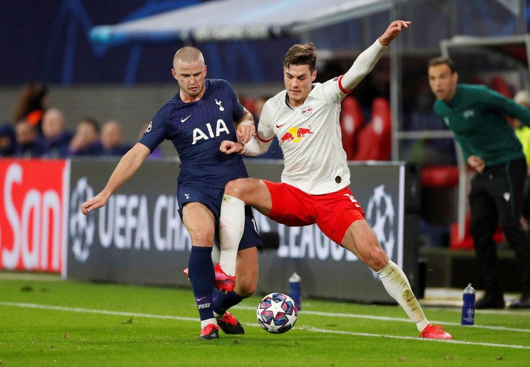 Český útočník Patrik Schick v dresu Lipska (vpravo) v souboji s Ericem Dierem z Tottenhamu