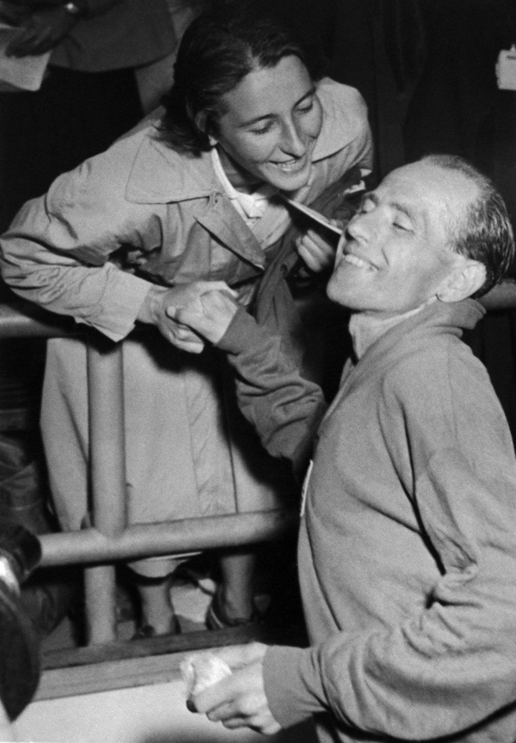 Dana Zátopková na archivním snímku z 1. července 1952 blahopřeje svému manželovi Emilu Zátopkovi k vítězství v maratonském běhu na stejných olympijských hrách v Helsinkách
