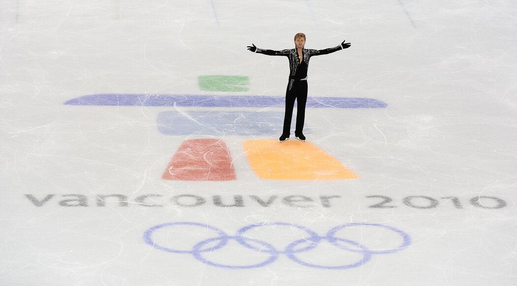 Ruský krasobruslař Jevgenij Pljušcenko reaguje na aplaus diváků