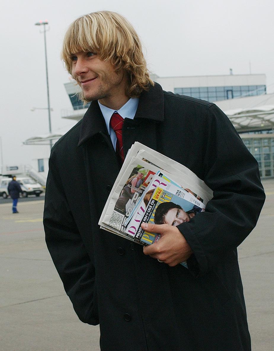 2002. Pavel Nedvěd při odletu reprezentace na zápas s Moldávií.