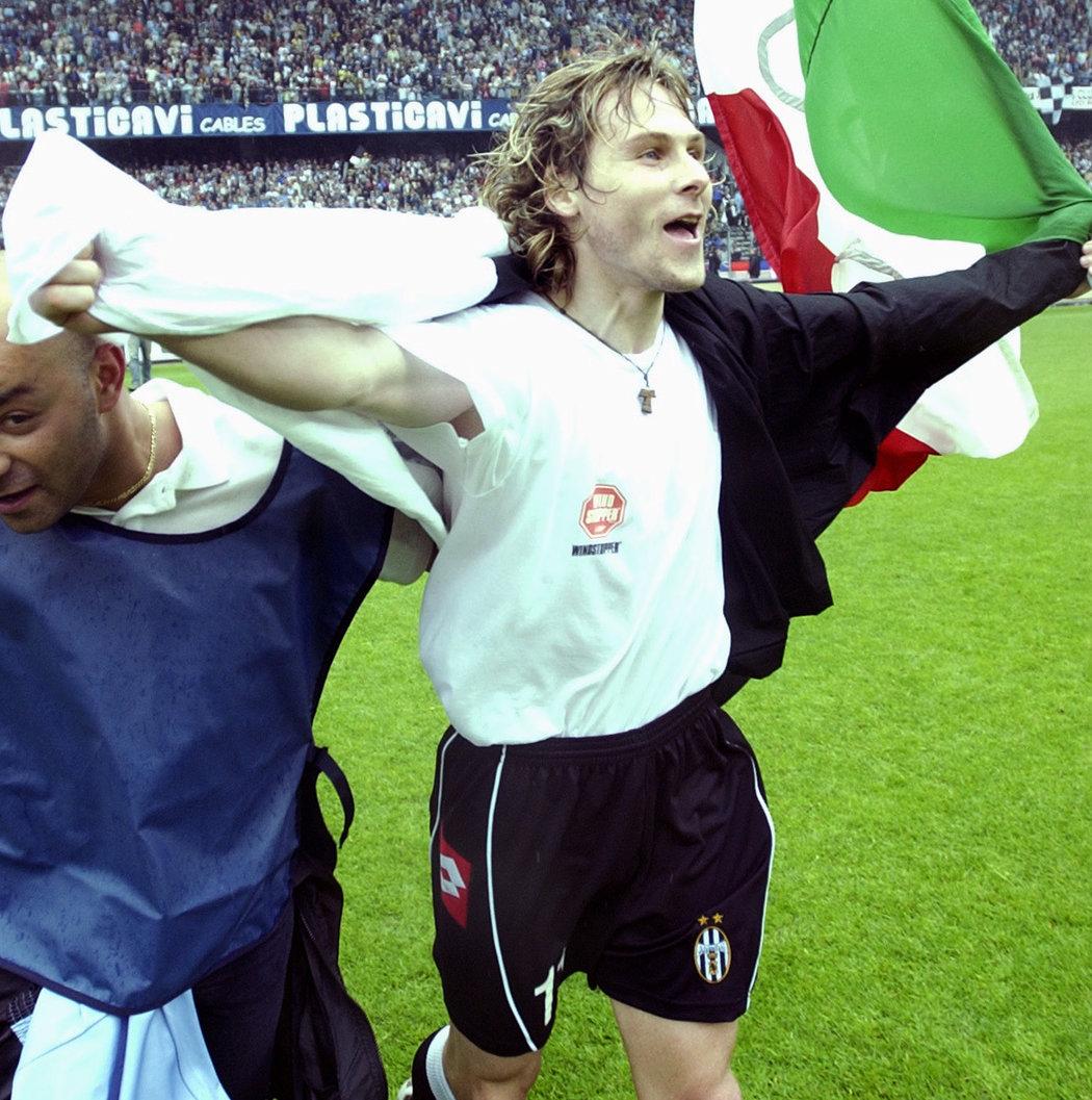 2003. Pavel Nedvěd při oslavách titulu s Juventusem Turín.