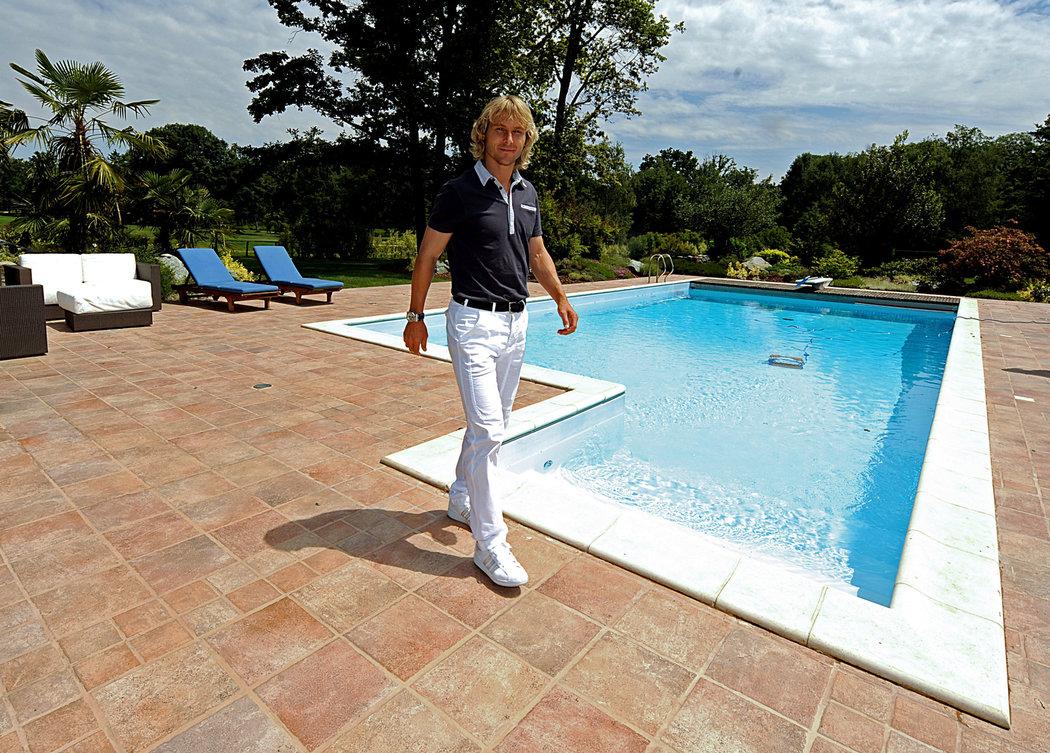 2009. Pavel Nedvěd ve svém domě v Itálii.