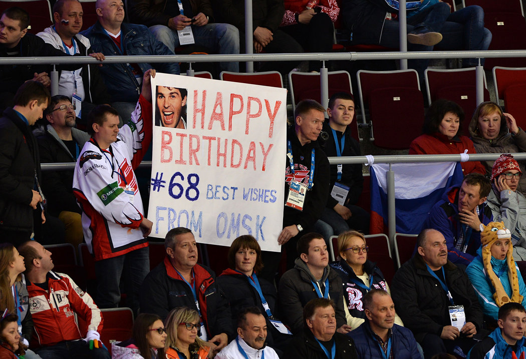 Ruští fanoušci z Omsku popřáli na olympiádě v Soči Jaromíru Jágrovi k narozeninám