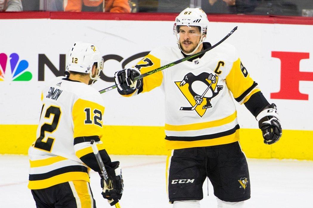 Dominik Simon (vlevo) a Sidney Crosby (vpravo) oslavují vstřelený gól Pens