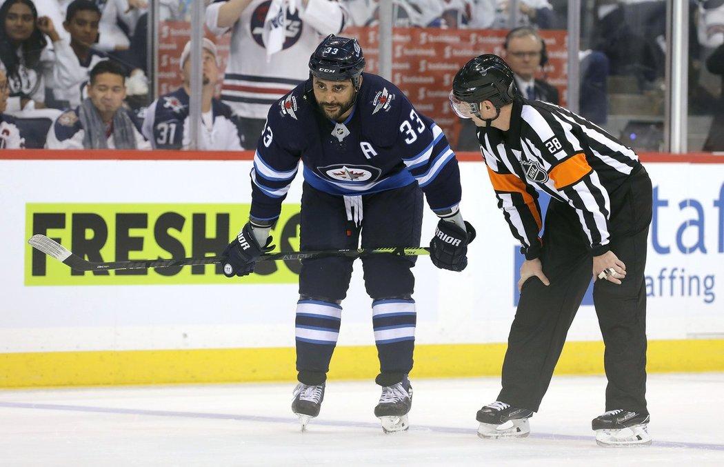 Zkušený americký obránce Dustin Byfuglien se již do Winnipegu nevrátí. Vedení klubu s ním rozvázalo smlouvu