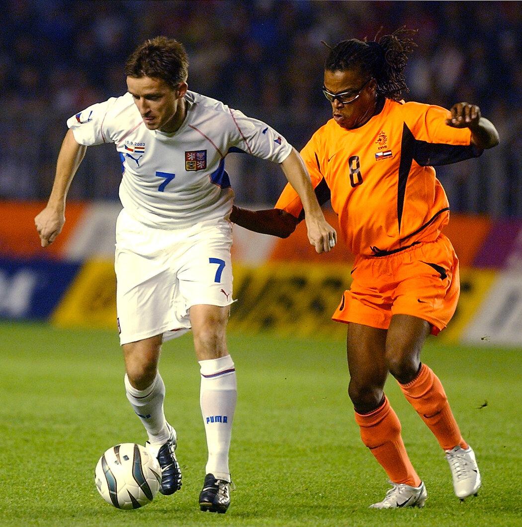 2003. Vladimír Šmicer si brání míč před dotírajícím Edgarem Davidsem v duelu s Nizozemskem v kvalifikaci o EURO 2004.