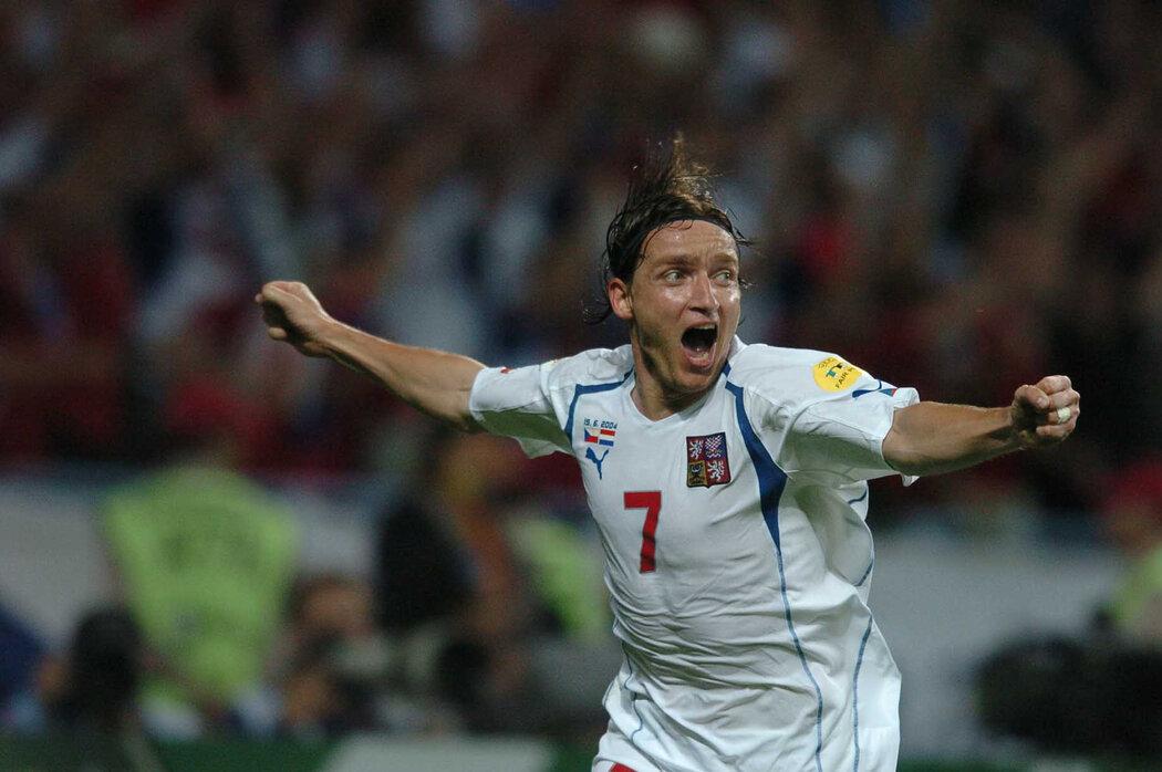 2004. Vladimír Šmicer se raduje ze své trefy proti Nizozemsku na EURO 2004.
