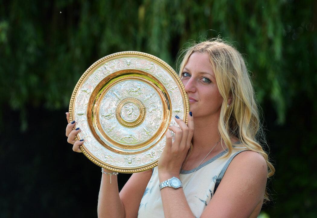 2014. All England Club jí svědčí! Takhle Kvitová pózovala s druhou trofejí z Wimbledonu