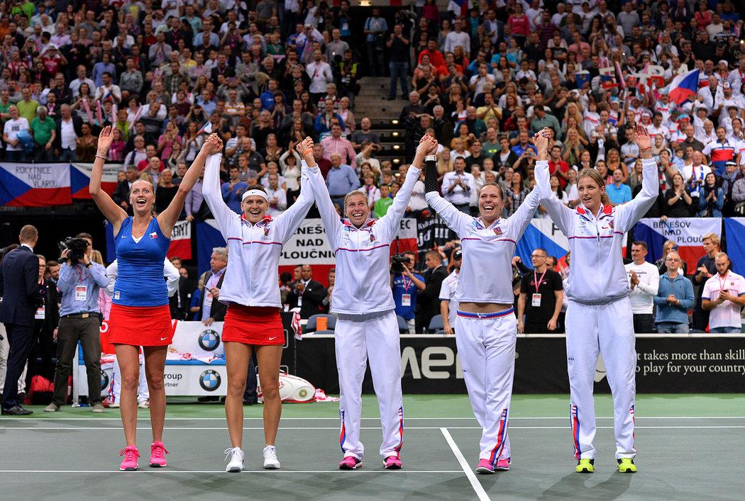 2014. Petra Kvitová, Lucie Šafářová, Andrea Hlaváčková, Lucie Hradecká a Karolína Plíšková oslavují další triumf ve Fed Cupu.