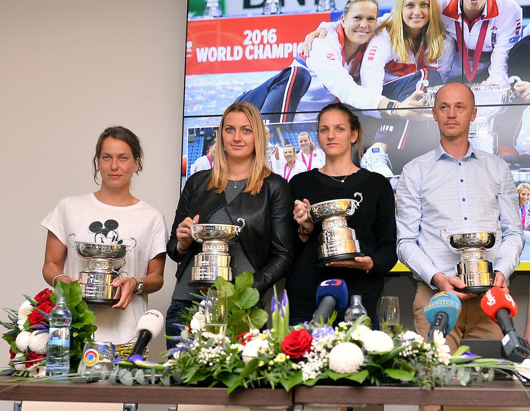 2016. Tisková konference fedcupového týmu, s Kvitovou a Petrem Pálou se zúčastnily Barbora Strýcová a Karolína Plíšková