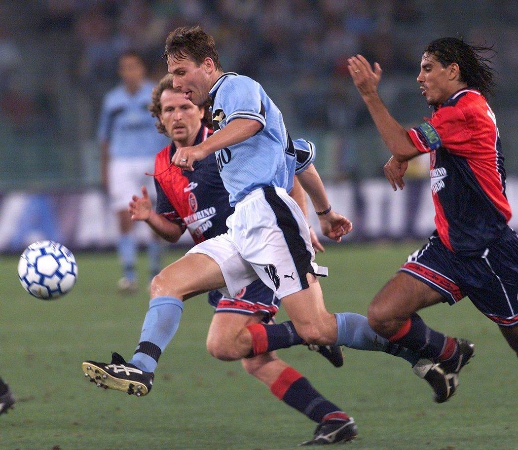 Český záložník Pavel Nedvěd v dresu Lazia Řím v utkání proti Cagliari v roce 1999