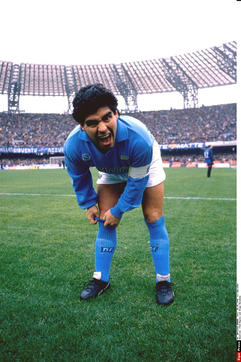Argentinská hvězda Diego Maradona v nejlepších letech kariéry jako kapitán Neapole