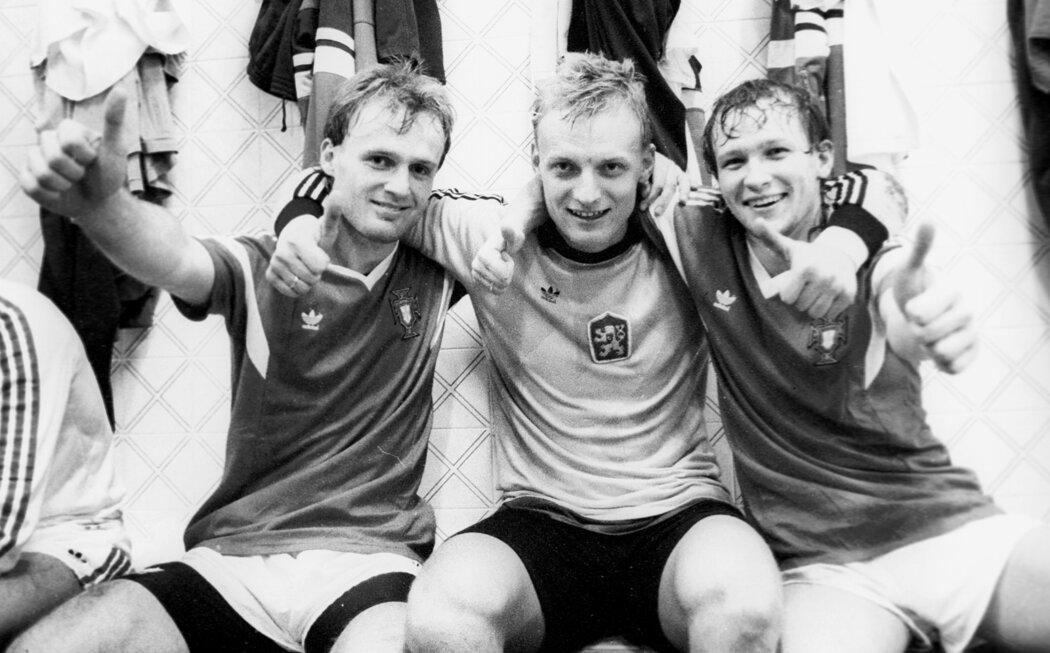 Michal Bílek, Jan Stejskal a Ivan Hašek slaví postup na MS do Itálie v listopadu 1989