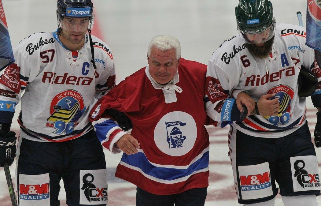 Legenda Vítkovického hokeje František Černík (v červeném)