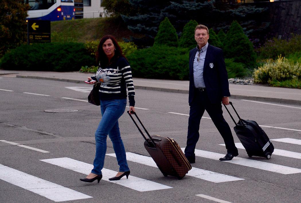 2015. Rozbouřená doba... Dagmar Damková s Romanem Berbrem míří na výkonný výbor FAČR po příletu z kvalifikace na ME 2016 v Lotyšsku...
