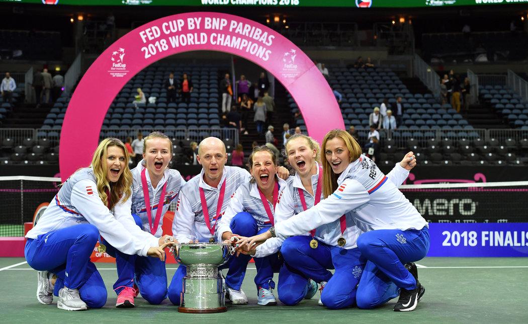 Radost po vítězství nad Američankami. Se Šafářovou slaví Barbora Krejčíková, trenér a kapitán Petr Pála, Barbora Strýcová, Kateřina Siniaková a Petra Kvitová.