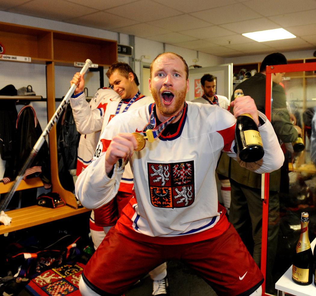 Útočník Jiří Novotný si oslavy titulu v roce 2010 užil