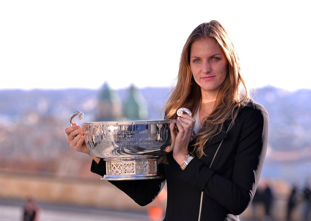 2015. Karolína Plíšková zapózovala na Pražském hradě s trofejí pro vítězky Fed Cupu.
