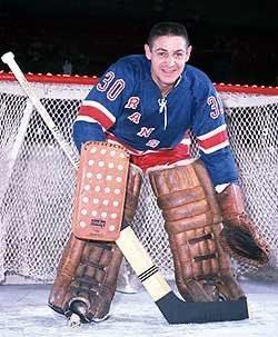 Terry Sawchuk v letech 1949 až 1970 odehrál za Detroit, Boston, Toronto, Los Angeles a New York Rangers celkem 971 zápasů.