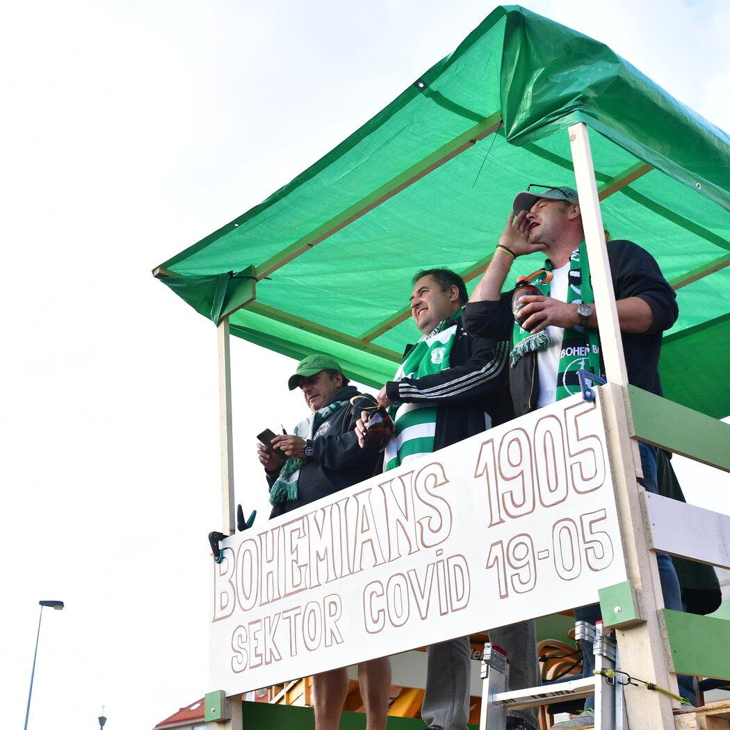 Fanoušci sledovali zápas Bohemians a Sparty z nejrůznějších míst v okolí Ďolíčku