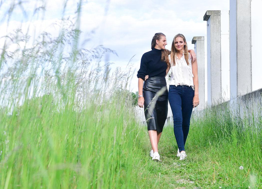 Od chvíle, kdy mají obě sestry Karolína (vlevo) a Kristýna Plíškovy své partnery, se už tolik nevídají. Přitom bydlí v pražské Tróji kousek od sebe.