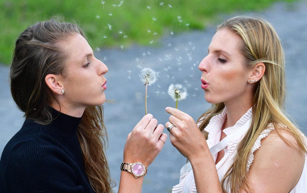 Tenistky Karolína (vlevo) a Kristýna Plíškovy jsou sice jednovaječná dvojčata, v mnoha ohledech se však liší.