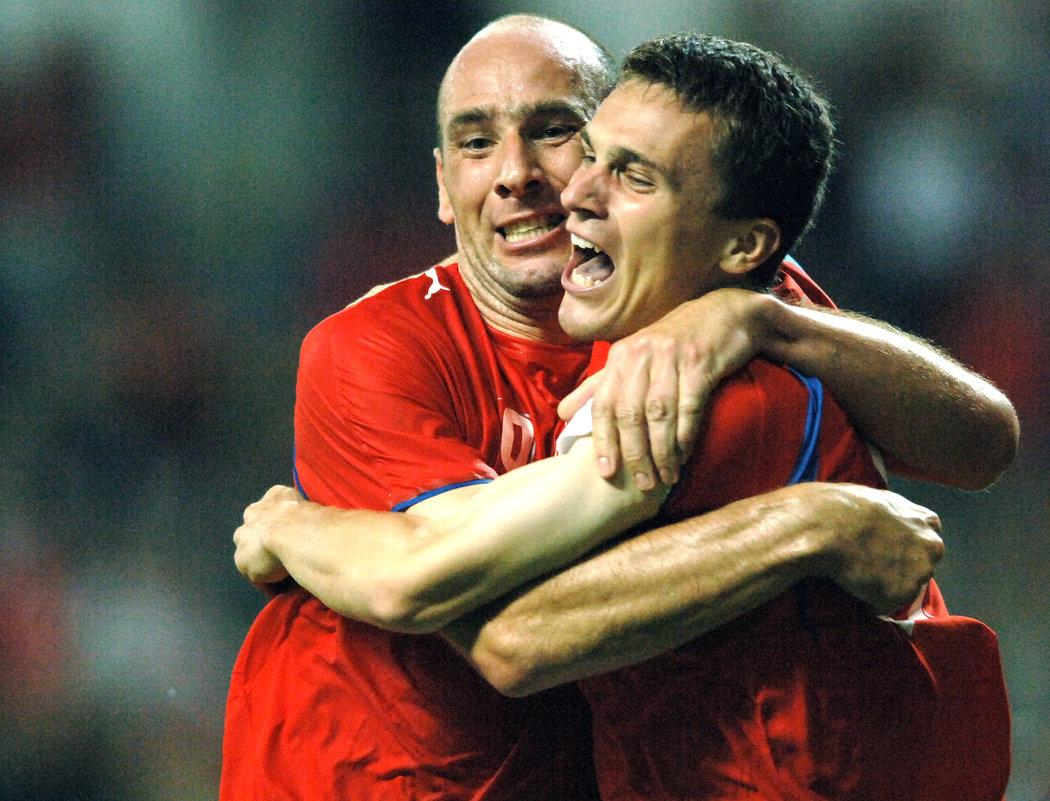 2006. David Lafata oslavuje spolu s Janem Kollerem jeden ze svých dvou gólů v kvalifikaci EURO 2008 proti Walesu, kterými pomohl k výhře 2:1.