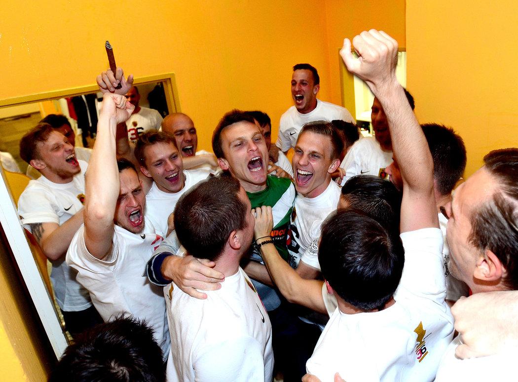 2014. David Lafata oslavuje se spoluhráči ze Sparty zisk mistrovského titulu