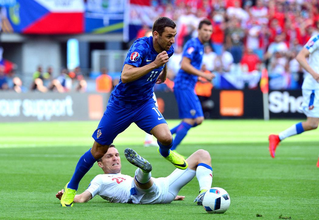2016. David Lafata se na EURO 2016 snaží v duelu s Chorvatskem zastavit unikajícího Darija Srnu